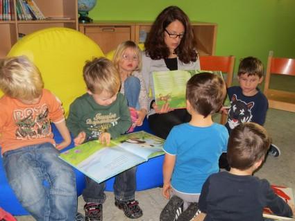 Auch die 2- und 3- jährigen Kinder zeigten großes Interesse an den Büchern