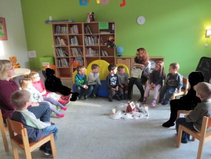 Begeistert hörten die 4-jährigen der Geschichte vom Regenbogen zu