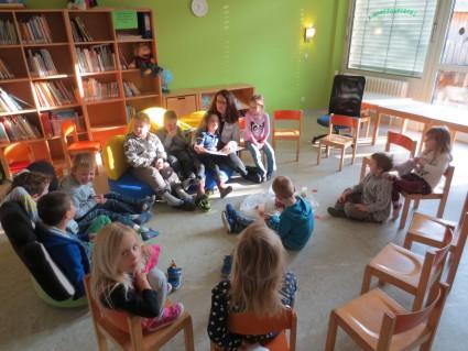 Frau Roth liest den Vorschulkindern vor