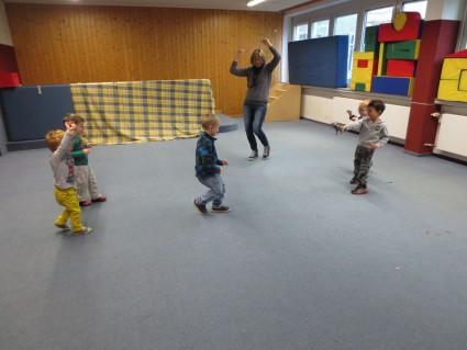 Die Kinder bei einem Dinowettspiel